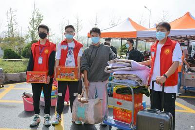 """广陵学院迎来3300余名新生 这位学生的行李居然是四箱""""老陈醋"""""""